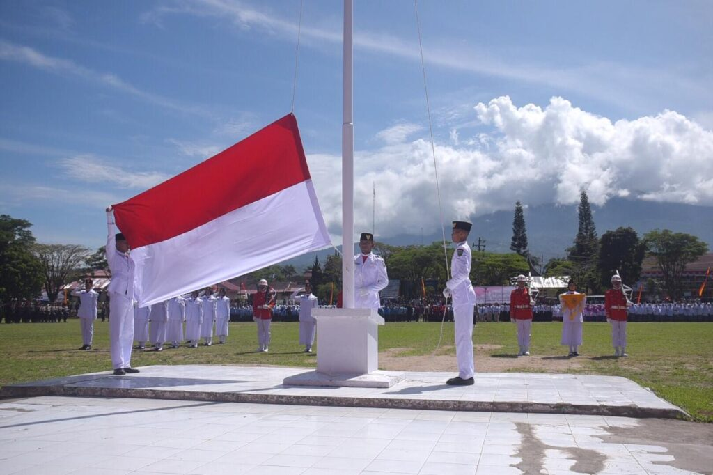 pengibaran bendera indonesia